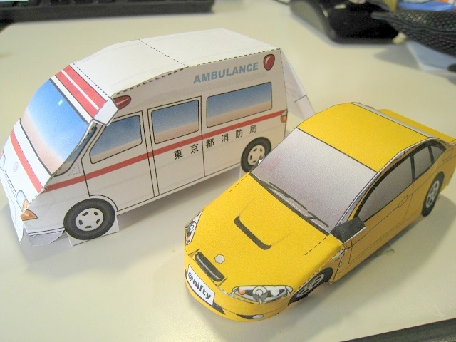 ペーパークラフト(救急車とスポーツカー)