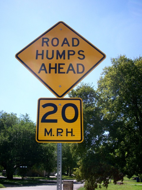 道路標識、ハンプ、バンプ
