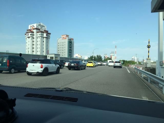 車窓から高速道路の景色
