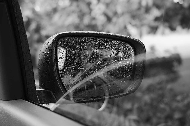 雨の日のドアミラー