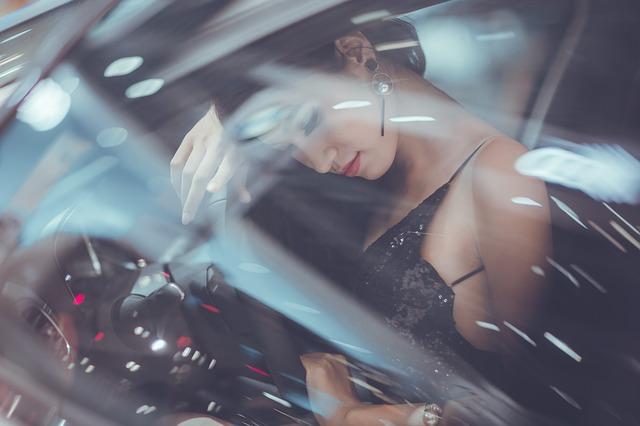 車の中の女性モデル
